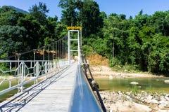Залив водопада Yang, Вьетнам прикрепленный на петлях пешеходный мост над рекой запас Стоковое Фото