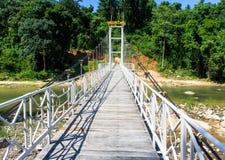 Залив водопада Yang, Вьетнам прикрепленный на петлях пешеходный мост над рекой запас Стоковое Изображение