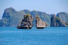 Залив Вьетнама Halong - место где дракон был рожден стоковое фото rf