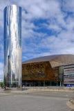 Залив Кардиффа, Уэльс - 20-ое мая 2017: Центр тысячелетия с водой Стоковые Фото
