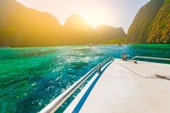Залив Майя подходу к шлюпки красивый песчаный пляж с crytal ясным Стоковая Фотография