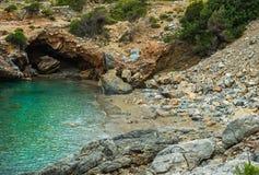Залив моря бирюзы с пещерой в Турции, среднеземноморской зоне Стоковые Изображения RF