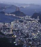Залив на ноче, Рио de J хлебца (Pão de Açucar) и Botafogo сахара Стоковые Изображения
