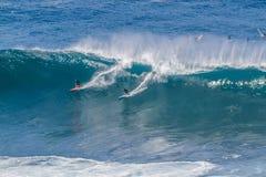 Залив Оаху Гаваи Waimea, серферы едет большая волна Стоковое Фото
