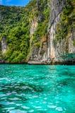 Залив с утесами - южный Таиланд Стоковая Фотография
