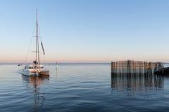 Залив Arcachon, Франция, гавань Andernos на заходе солнца Стоковое Изображение