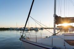 Залив Arcachon, Франция, гавань Andernos на заходе солнца Стоковые Фотографии RF