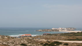 Залив Baleal и перешеек Baleal с деревней Baleal, Peniche, Португалией Стоковое фото RF