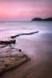 Залив Baratti, холм headland, утесы и море на заходе солнца Тоскана, оно стоковое изображение rf
