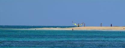Залив Brautiful голубой, серфер змея холста на пляже Стоковое фото RF