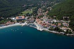Залив draga Moscenicka и длинная естественная песчинка зашкурят фото воздуха пляжа в Хорватии стоковая фотография