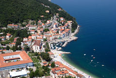 Залив draga Moscenicka и длинная естественная песчинка зашкурят фото воздуха пляжа в Хорватии стоковая фотография rf