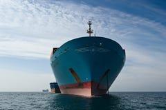 Залив Nakhodka Восточное море Японии 17-ое сентября 2015: Контейнеровоз Корнелия Maersk Vitaly Vanykhin топливозаправщика Bunkeri Стоковое фото RF