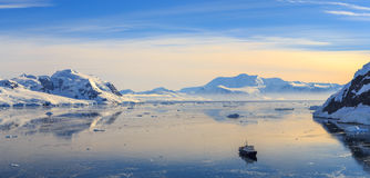 Залив Neco окруженный ледниками и перемещаться сосуда круиза стоковые фотографии rf