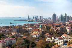 Залив Qingdao и церковь лютеранина, Qingdao, Китай стоковое фото