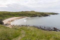 Залив Sandy вдоль побережья Aberdeenshire Стоковые Изображения RF