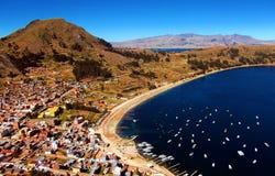 Залив Titicaca озера в copacabana в панораме гор Боливии стоковое фото rf