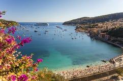 Залив Villefranche-sur-Mer и крышки Ferrat, d& x27 Коута; Azur, Франция Стоковые Фотографии RF
