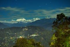 Залитая лунным светом горная цепь больших Гималаев, Rinchenpong Kanchenjungha, Сикким, Индия Стоковое Изображение RF