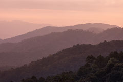 За красивое утро до восхода солнца na górze горы Стоковое фото RF