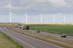 за линией windturbines шоссе Стоковая Фотография