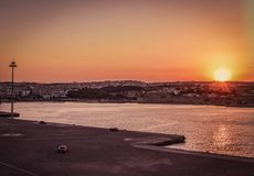 За моменты до отклонения с паромом в порте Родоса наслаждаясь золотым часом неба во время захода солнца стоковое фото rf