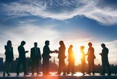 Задние бизнесмены связи обсуждения Lit встречая Concep Стоковые Фото