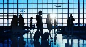 Задние бизнесмены Lit путешествуя концепция пассажира авиапорта Стоковые Изображения