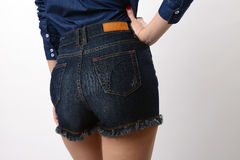 Задние голубые джинсы женщины вкратце Стоковые Фотографии RF