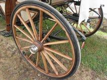 Задние колеса старомодного экипажа лошади на зеленой траве Стоковая Фотография