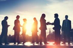Задние обсуждения Lit связи бизнесмены концепции встречи Стоковое Изображение RF