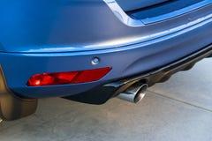 Задний бампер автомобиля с выхлопной трубой, современными деталями экстерьера автомобиля стоковое изображение