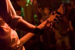 задний взгляд гитариста Стоковые Фотографии RF