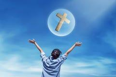 Задний взгляд азиатского выражения женщины смотря христианский крест Стоковое Изображение