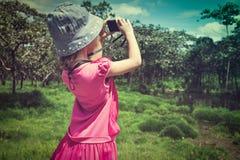 Задний взгляд азиатской девушки ослабляя outdoors во времени дня, trave Стоковые Фото