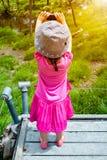 Задний взгляд азиатской девушки ослабляя outdoors во времени дня, trave Стоковая Фотография