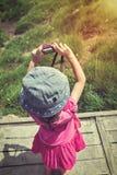Задний взгляд азиатской девушки ослабляя outdoors во времени дня, trave Стоковая Фотография RF