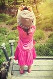 Задний взгляд азиатской девушки ослабляя outdoors во времени дня, trave Стоковое Изображение RF