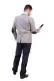 Задний взгляд бизнесмена в костюме говоря на мобильном телефоне Стоковая Фотография RF