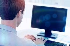 Задний взгляд бизнесмена работая с компьютером Стоковые Фото