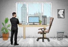 Задний взгляд бизнесмена стоя в офисе нарисованном рукой смотря вне окно Стоковое фото RF