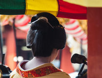 Задний взгляд гейши играя музыку Стоковые Фотографии RF