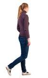 Задний взгляд гуляя женщины в свитере Стоковое Изображение RF