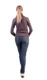 Задний взгляд гуляя женщины в свитере Стоковые Фото