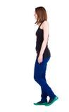 Задний взгляд гуляя женщины. Стоковое Изображение