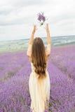 Задний взгляд девушки на фиолетовом поле лаванды Стоковые Изображения