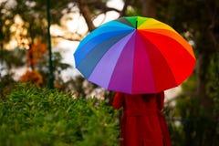Задний взгляд девушки с зонтиком Стоковая Фотография RF