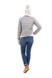 Задний взгляд женщины в одеждах зимы изолированных на белизне Стоковая Фотография