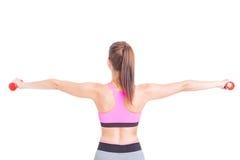 Задний взгляд женщины на гантелях спортзала поднимаясь Стоковые Изображения RF