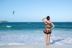 Задний взгляд женщины стоя в океане 2 стоковая фотография